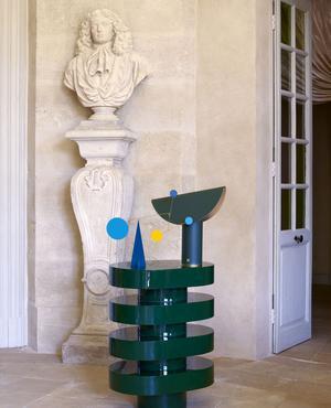 Console Aglaé, en laque, design Joris Poggioli, Youth Éditions. Mobile l'Érudit no1, en métal, Atelier Volta au Conran Shop. Lampe Noriko, en cuivre revêtu de cuir, Armani Casa. <br/><br/><br/>