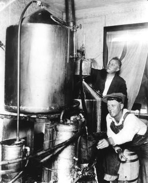 Au temps de la prohibition (1920-1933) aux États-Unis, des bootleggers font eux-mêmes de l'alcool avec leur alambic, chez eux.