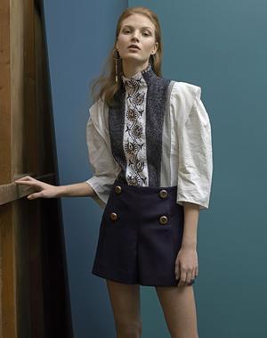 Blouse <b>Chloé</b>et boucle d'oreille <b>Givenchy.</b>Vintage: short Prada chez Resee