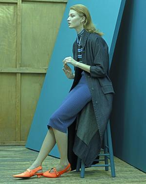 Sous-pull, chemise et jupe <b>Fendi</b>, boucle d'oreille <b>Givenchy</b>, chaussures <b>Victoria Beckham</b>.Vintage: manteau Miu Miu chez Resee.