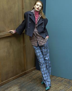 Veste <b>Chanel</b>, chemise et pantalon <b>Burberry</b>, boucle d'oreille <b>Charlotte Chesnais</b>et chaussures <b>Roger Vivier</b>. <br/>Vintage: sous-pull vintage Véronique Branquinho chez Resee.