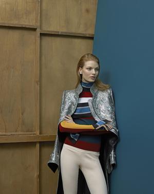 Pull, manteau et boucle d'oreille Louis Vuitton. Vintage: leggings Givenchy chez Resee.