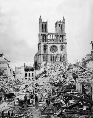 La collégiale, après les bombardements de mai 1944.