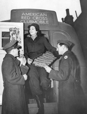 Les femmes de la Croix-Rouge, nommées Donut Dollies, ravitaillaient les soldats de donuts durant la Seconde Guerre mondiale.