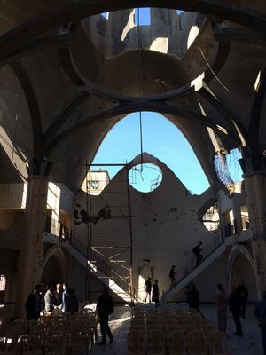 La cathédrale Notre-Dame de La Paix et son trou béant dans le plafond.