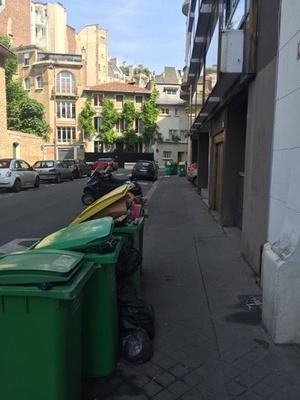Des poubelles qui débordent dans le 16e arrondissement de Paris.