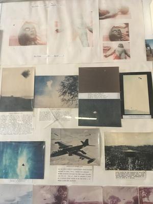 Des photocopies jaunies du prétendu extraterrestre ornent les murs.