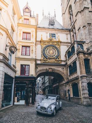 Sous le Gros-Horloge (Rouen 2CV Tour)