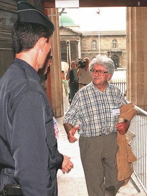Michel Slitinsky, ancien résistant, fils de déporté, arrive le 9 octobre 1997 au palais de justice de Bordeaux, partie civile dans le procès de Maurice Papon.