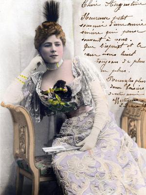 Carte postale de la comédienne française Jeanne Granier (1852-1939) vers 1890, portant un chapeau à aigrette.