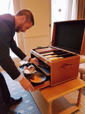 Le petit déjeuner sort d'une malle créée sur mesure par l'ébéniste Pierre Marchal.