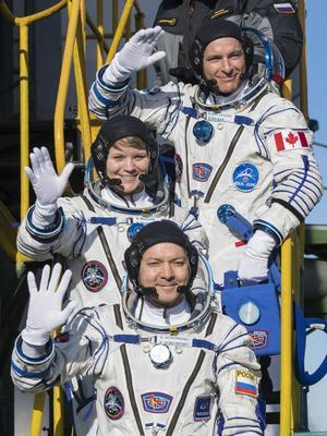 De haut en bas, le Canadien David Saint-Jacques, l'Américaine Anne McClain et le Russe Oleg Kononenko qui ont décollé ce lundi depuis le cosmodrome de Baïkonour, au Kazakhstan.