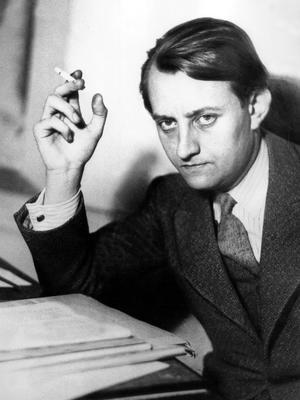 Andre Malraux, prix Goncourt 1933, devant le manuscrit de «La Condition Humaine».