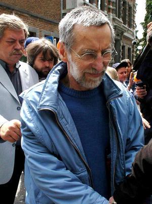 Michel Fourniret quitte le tribunal de Dinant en juillet 2004. Derrière lui, le commissaire belge Jacques Fagnart. Ce policier est le premier à avoir recueilli les aveux du couple.