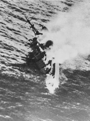 Le <i>HMS Exeter </i>a coulé après la bataille de la mer de Java, le 1er mars 1942.