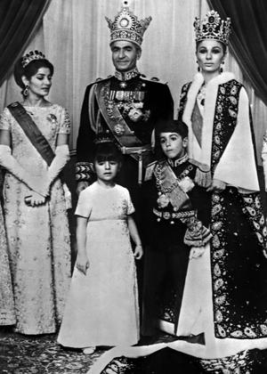 Photo officielle de la famillle royale le jour du couronnement le 26 octobre 1967. On distingue le prince héritier Reza Cyrus et sa petite soeur Yasmine Farahnaz.
