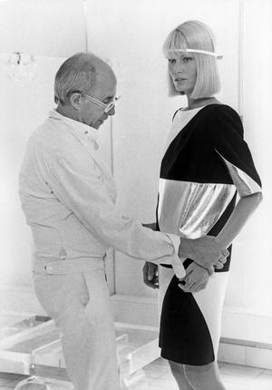 André Courrèges et un modèle portant l'une de ses créations, en juillet 1983.