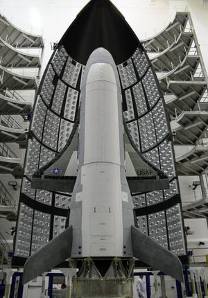 Les ailes de la petite navette X-37B tiennent tout juste à l'intérieur de la coiffe du lanceur, ici en 2010.