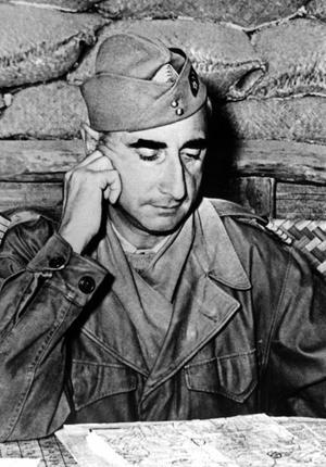 Bataille de Diên Biên Phu, (du 13 mars au 7 mai 1954): le général Christian de La Croix de Castries dans un abri, le 5 avril 1954.