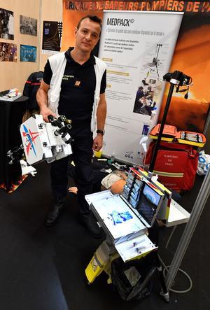 Samuel Mercier, infirmier urgentiste aux Pompiers de Paris, pose à côté de son invention.