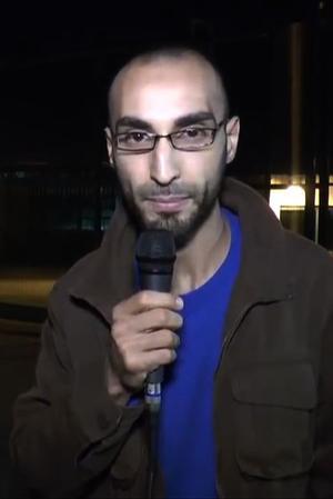 Fayçal Cheffou (ici en 2014, sur une vidéo où il se présente comme journaliste) a été inculpé et placé en détention par la justice belge. Il est soupçonné d'être l'homme au chapeau filmé mardi à l'aéroport de Zaventem avec les deux kamikazes.