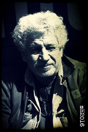 Auteur de polars etderomans intimistes, nouvelliste et critique rock, Michel Embareck a consacré au rugby, qui le passionne, plusieurs ouvrages.