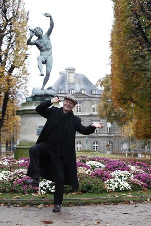 Philippe Geluck prendlapose devant le <i>Faunedansant,</i> d'Eugène-Louis Lequesne, dansleJardin duLuxembourg (VIe).