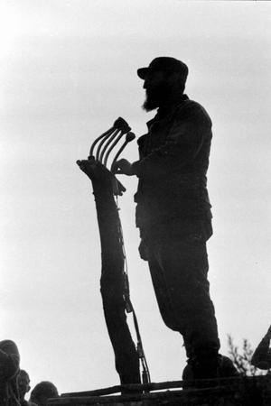 Silhouette de Fidel Castro pendant un discours. Cuba, vers 1960.