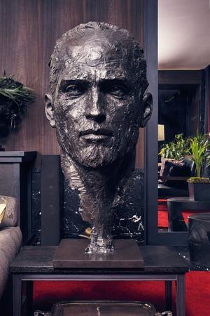 Un visage signé du sculpteur français Christophe Charbonnel.