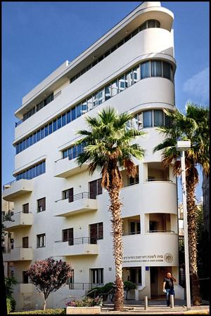 Au n° 1 de la rue Montefiore, cet immeuble, signé par l'architecte Isaac Schwartz, a fait peau neuve en 2011.