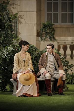 Silvia (Clotilde Hesme) décide d'un stratagème avant la venue de son promis:elle échange son rôle avec sa femme de chambre, Lisette (Laure Calamy).