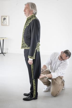L'artiste français Jean-Marc Bustamante, lors des essayages de son habit de l'Académie des beaux-arts, crée par Agnès B., avant son entrée sous la coupole de l'Institut de France, le 23 mai 2018.