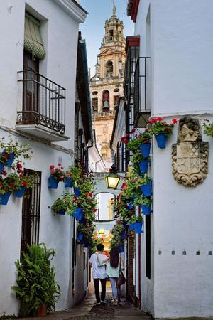 Calleja de las Flores, dans la Judería (l'ancien quartier juif) de Cordoue. Dans le fond, l'ex-minaret (transformé en clocher) de la mosquée-cathédrale.