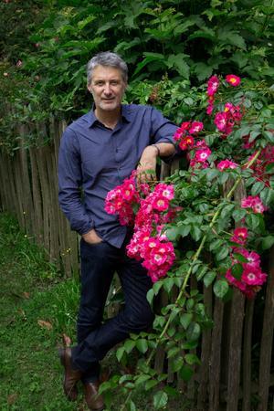 Antoine de Caunes dans son jardin