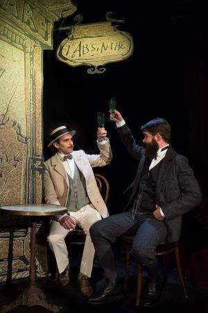 Alphonse Allais et Tristan Bernard trinquent à l'absinthe.