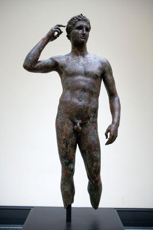 Attribué au célèbre sculpteur de la Grèce antique Lysippe, « <i></i>L'Athlète de Fano <i/>», <i/>a été découvert en 1964 en Adriatique par des pêcheurs au large de Fano, en Italie.