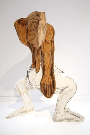 Thomas Houseago, «Serpent», 2008. Tuf-Cal, chanvre, fer à béton, Olibar, mine de plomb, bois (244 x155 x 120 cm), collection Baron Guillaume Kervyn de Volkaersbeke.