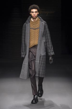 Un modèle de la collection Salvatore Ferragamo, hiver 2017-2018.
