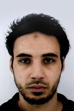 La Police nationale décrit un individu de 1,80 m, «peau mate», «corpulence normale» et «marque sur le front».