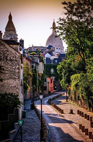 Montmartre et le dôme du Sacré-Cœur au fond.