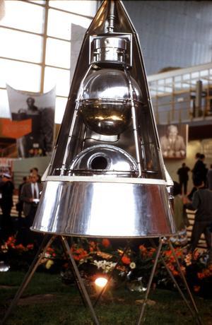 Réplique du Spoutnik II, satellite artificiel conçu par les Soviétiques dans lequel pris place la chienne Laïka en novembre 1957, ici exposé à Paris en 1960.