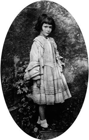Alice Liddell photographiée par Lewis Carroll dans le jardin de son habitation.