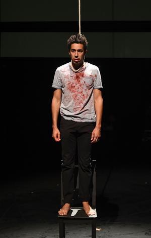 La pièce revient sur un fait -divers: le tabassage à mort d'un jeune homosexuel, à Liège, il y a quelques années