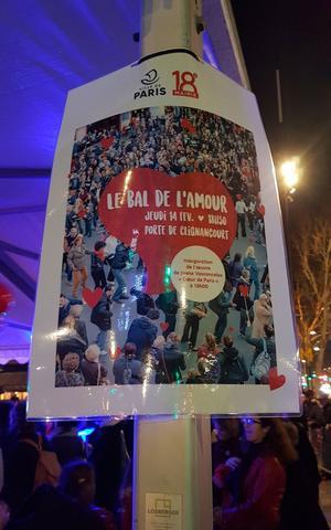 Un bal réunissant une centaine de personnes, juste au débouché du métro Porte de Clignancourt.