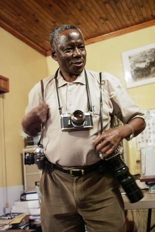 Le photojournaliste sud-africain Sam Nzima pose avec ses appareils photo en juin 2006.