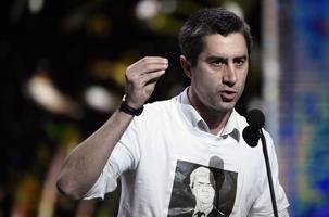 François Ruffin lors de son discours aux César. Il porte un t-shirt à l'image de Vincent Bolloré.