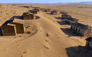 Une ville fantôme ensevelie par le sable en Namibie
