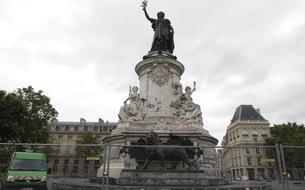 Le nettoyage du mémorial de la place de la République provoque colère et émotion