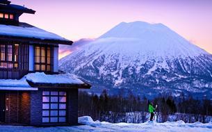 À Niseko, skier au-dessous du volcan