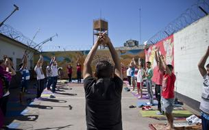 Quand le yoga transforme la prison